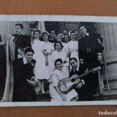 Fotografía antigua: FOTO ENFERMERAS CON LA TUNA DELANTE DEL HOSPITAL CLINICO DE BARCELONA AÑOS 60. Lote 178576866