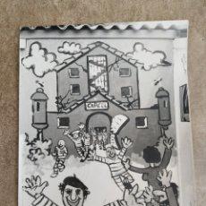 Fotografía antigua: DIFÍCIL FOTO LA CASETA DE LOS PARADOS, PAMPLONA NAVARRA EUROPA PRESS. Lote 178662375