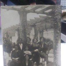 Fotografía antigua: FOTOGRAFÍA ANTIGUA 1936 ORIGINAL DE MUJERES EN EL PARQUE RECORTADA. Lote 178968181