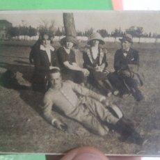 Fotografía antigua: FOTOGRAFIA ANTIGUA ORIGINAL DE MILITAR RECOSTADO EN EL CESPED ACOMPAÑADO. Lote 178968638