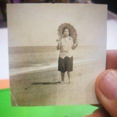 Fotografía antigua: FOTOGRAFIA ANTIGUA ORIGINAL DE SEÑORA EN LA PLAYA CON SOMBRILLA. Lote 178977866