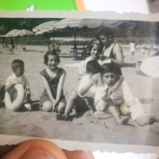 Fotografía antigua: FOTOGRAFIA DEVA 1941 NIÑOS POSANDO EN LA ARENA DE LA PLAYA FLOTADOR. Lote 178978056