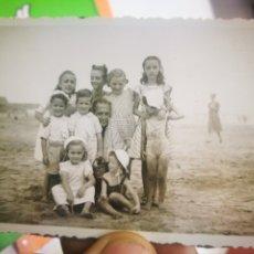 Fotografía antigua: FOTOGRAFIA ANTIGUA ORIGINAL DE SEÑOR CON NIÑOS POSANDO EN LA PLAYA - DEVA?. Lote 178978810