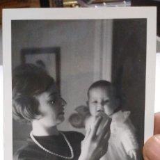 Fotografía antigua: FOTOGRAFÍA ORIGINAL AÑOS SESENTA MADRE CON BEBE. Lote 179101621