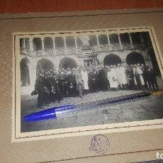 Fotografía antigua: ALBUMINA, MEDICOS EN PATIO INTERIOR DEL HOSPITAL DE LA SANTA CRUZ EN BARCELONA, 19 X 14 CM LA FOTO. Lote 179161370