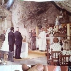 Fotografía antigua: FOTOGRAFIA ORIGINAL AÑOS SETENTA DE BODA EN IGLESIA EN CUEVA A IDENTIFICAR. Lote 179517862