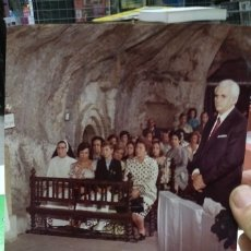 Fotografía antigua: FOTOGRAFIA ORIGINAL AÑOS SETENTA DE SEÑOS EN MISA IGLESIA DE PIEDRA. Lote 180020841