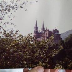 Fotografía antigua: FOTOGRAFIA SANTUARIO DE COVADONGA FOTOGRAFIA ORIGINAL AÑOS SETENTA FOTOGRAFO JOSE LUIS LLANES. Lote 180028018