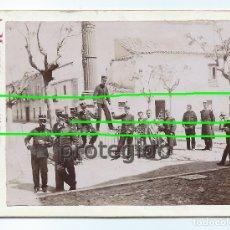 Fotografía antigua: MILITARES Y CIVILES EN UNA PLAZA. FOTÓGRAFO A. MARTOS. AMATEUR. ALCAÑIZ, TERUEL. BDLL. Lote 180210915