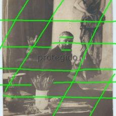 Fotografía antigua: KEES VAN DONGEN, EN SU ESTUDIO DE PARIS. FOTÓGRAFO HENRY MANUEL (1874-1947) PARIS, FRANCIA.. Lote 180211505