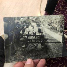Fotografía antigua: FOTOGRAFÍA ANTIGUA DOS NIÑOS CON SU CARRITO - VER LAS IMÁGENES. Lote 180287965