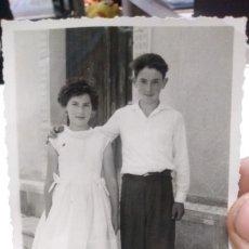 Fotografía antigua: FOTOGRAFIA AÑOS CUARENTA ORIGINAL FOTO FRANCISCO ROZAS FRENTE A LA PLAZA LLANES. Lote 180397128