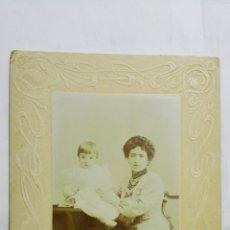 Fotografía antigua: ANTIGUA FOTOGRAFIA, MAMA CON BEBE POSANDO, ESTUDIO EMILIO PLIEGO - PLAMPLONA, MEDIDAS 16 X 23 CM. Lote 180474886