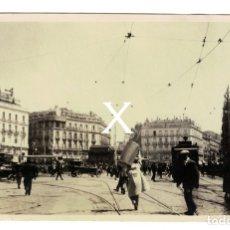 Fotografía antigua: FOTOGRAFIA DE MADRID – PUERTA DEL SOL - AÑO 1924. (14,3 X 8,5CM TAMAÑO POSTAL) MUY ANIMADA, TRANVÍA. Lote 180854183