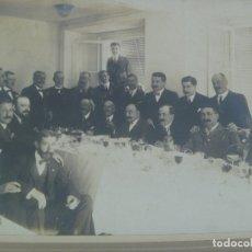Fotografía antigua: GRAN FOTO DE CABALLEROS EN CONVITE. PRINCIPIOS DE SIGLO. DE DUBOIS, SEVILLA ..... 28 X 34 CM. Lote 183330267
