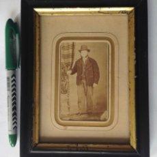 Fotografía antigua: S XIX ANTIGUA FOTOGRAFÍA ENMARCADA DE UN CABALLERO. Lote 183482075