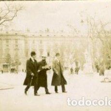Fotografía antigua: MADRID. PLAZA DE ORIENTE. POR VIAJERO FRANCÉS EN 1898. ORIGINAL DE ÉPOCA. TAMAÑO 8,3X13,8 CM.. Lote 183566161