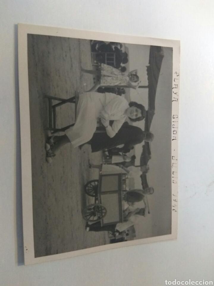 Fotografía antigua: FOTOGRAFIAS ANTIGUAS PLAYA DE GIJON CARRITO HELADOS AÑO 1940 LOTE DE TRES - Foto 2 - 183709931