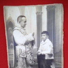 Fotografía antigua: ANTIGUA FOTO DE UN NIÑO EN EL DÍA DE SU PRIMERA COMUNIÓN JUNTO AL SACERDOTE. Lote 183830682
