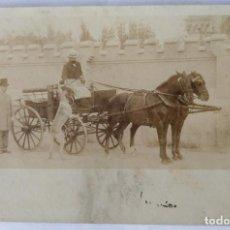Fotografía antigua: CARRUAJES DE CABALLOS ANTIGUA POSTAL DORSO SIN DIVIDIR. Lote 186067962