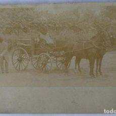 Fotografía antigua: CARRUAJES DE CABALLOS ANTIGUA POSTAL DORSO SIN DIVIDIR. Lote 186067980