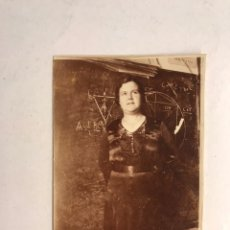 Fotografía antigua: FOTOGRAFÍA ALBUMINA. LA PROFESORA PIONERA EN MATEMÁTICAS...MEDÍDAS: 8,8 X 5,8 CM., (H.1900?). Lote 186074317