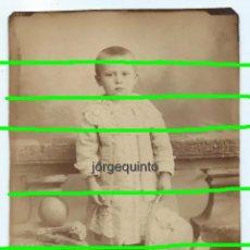 Fotografía antigua: RETRATO. EL PEQUEÑO GEORGE A LA EDAD DE 3 AÑOS, CON SU PELOTA. FRANCIA, 1881. FOTÓGRAFO DESCONOCIDO.. Lote 190796303