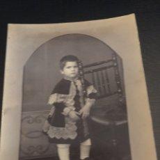 Fotografía antigua: FOTOGRAFIA ANTIGUA - NIÑO CON RARA INDUMENTARIA - SIN CIRCULAR - 9.7X14CM. Lote 191149355
