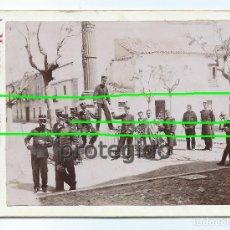 Fotografía antigua: MILITARES Y CIVILES EN UNA PLAZA POR IDENTIFICAR. FOTÓGRAFO A.MARTOS. AMATEUR. ALCAÑIZ, TERUEL. BDLL. Lote 191831988
