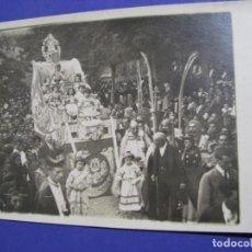 Fotografía antigua: ANTIGUA FOTO. ALGÚN DESFILE. CARROZA, NIÑAS. DESCONOZCO LUGAR Y AÑO.. Lote 192012181