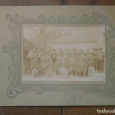 Fotografía antigua: CURIOSA FOTOGRAFÍA GRUPO DE TRABAJADORES . FOTÓGRAFO PRIMITIVO QUILES. PINOSO. ALICANTE.. Lote 192411192