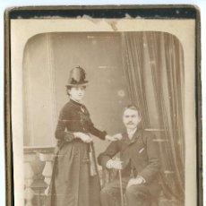 Photographie ancienne: RETRATO DE MATRIMONIO RARO SOMBRERO FEMENINO FORMATO CABINET, ANICETO GONZÁLEZ, SANTANDER CIRCA 1880. Lote 192817291