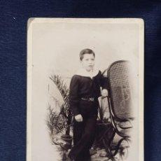 Fotografía antigua: FOTOGRAFIA ALBUMINA NIÑO CUELLO LAZO CINTURON MECEDORA THONET JUAN SERRA IGUALADA 16,5X11CMS. Lote 193400318