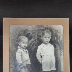 Fotografía antigua: GRAN FOTOGRAFÍA DE DOS NIÑOS DEL AÑO 1933. FOTO HERRERO-GUIMAR. 40,50X30,00 CM. VER FOTOGRAFÍAS.. Lote 193427532