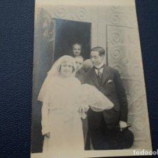 Fotografía antigua: ANTIGUA TARJETA POSTAL NOVIOS SALIENDO LA IGLESIA. Lote 194185592