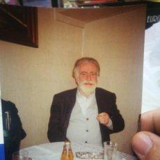 Fotografía antigua: FOTOGRAFÍA DE SEÑOR FUMANDO SENTADO 1991 ORIGINAL. Lote 194215531