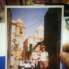 Fotografía antigua: FOTOGRAFÍA MUJER POSANDO EN CALLE DE ERICE, ITALIA SICILIA,AL FONDO IGLESIA. Lote 194222706