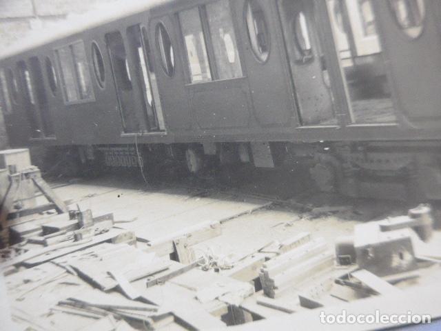 Fotografía antigua: * Antigua fotografia de 1926 fabricando vagon de tranvia o tren, barcelona, original. ZX - Foto 3 - 194237752