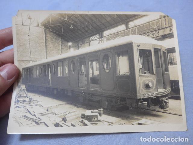 * ANTIGUA FOTOGRAFIA DE 1926 FABRICANDO VAGON DE TRANVIA O TREN, BARCELONA, ORIGINAL. ZX (Fotografía Antigua - Albúmina)