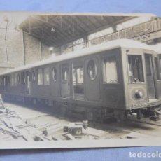 Fotografía antigua: * ANTIGUA FOTOGRAFIA DE 1926 FABRICANDO VAGON DE TRANVIA O TREN, BARCELONA, ORIGINAL. ZX. Lote 194237752