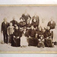 Fotografía antigua: BENIARRÉS. FOTOGRAFÍA ANTIGUA, REUNIÓN SOCIAL LOCAL. BENEFACTORES DEL CLERO, CARTUJOS, BEATAS,. Lote 194349576