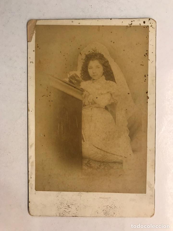 VILLENA (ALICANTE) FOTOGRAFÍA ANTIGUA. NIÑA REZANDO..., FOTOGRAFO: SILVINO DÍAZ (H.1900?) (Fotografía Antigua - Albúmina)