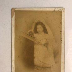 Fotografía antigua: VILLENA (ALICANTE) FOTOGRAFÍA ANTIGUA. NIÑA REZANDO..., FOTOGRAFO: SILVINO DÍAZ (H.1900?). Lote 194350342