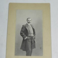 Fotografía antigua: FOTOGRAFIA ALBUMINA DE CABALLERO ELEGANTEMENTE VESTIDO, FOTO M. ALVIACH, MADRID, MIDE 19 X 11,5 CMS.. Lote 194365053