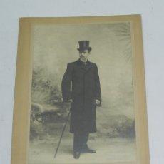 Fotografía antigua: FOTOGRAFIA ALBUMINA DE CABALLERO CON SOMBRERO DE COPA, FOTO M. ALVIACH, MADRID, MIDE 25 X 16,5 CMS.. Lote 194365505