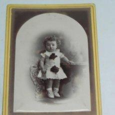 Fotografía antigua: FOTOGRAFIA ALBUMINA DE NIÑA, FOTOGRAFO M. ALVIACH DE MADRID, MIDE 16,5 X 11 CMS.. Lote 194367731