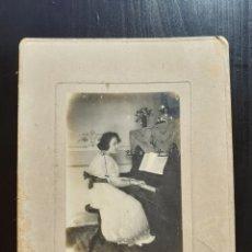 Fotografía antigua: ANTIGUA FOTOGRAFÍA MUJER TOCANDO PIANO.. Lote 194775287