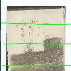 Fotografía antigua: CABALLERO DELANTE DEL CASTILLO DE ARTEAGA. VIZCAYA. SIGLO XIX. FOTÓGRAFO DESCONOCIDO.. Lote 194883722