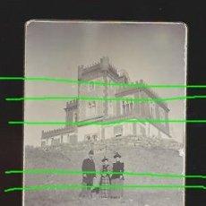 Fotografía antigua: DELANTE DE UN PALACETE NEOMUDÉJAR. SIGLO XIX. LUGAR POR DETERMINAR. FOTÓGRAFO DESCONOCIDO.. Lote 195099390