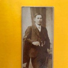 Fotografía antigua: MUNICH (ALEMANIA) FOTOGRAFÍA SEÑOR CON CIGARRO. FOTÓGRAFO: GEBR. STRAUSS (H.1890?). Lote 195158638
